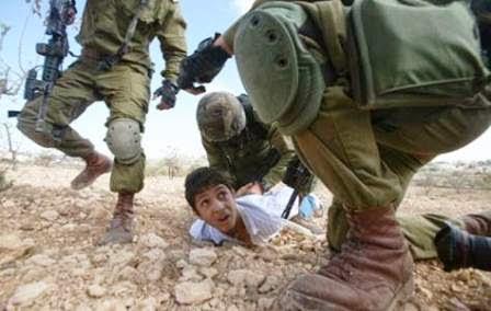 Soldados prendem menino palestino