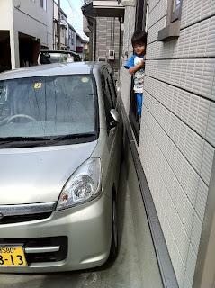 家の駐車場にギリギリ車を停める
