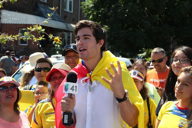 personalidad de la television en el desfile ecuatoriano