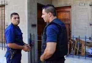 polisi di depan rumah Claudio Alferi