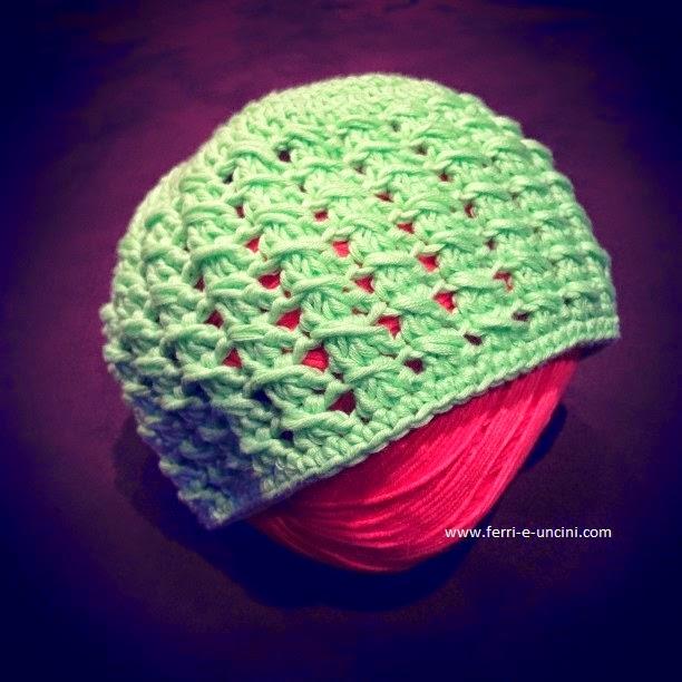 Cappellino per neonati all'uncinetto