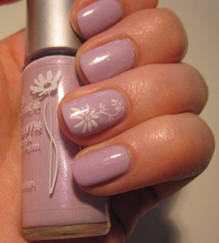 DIY Nagellack Design für den Frühling Blumen Nail Art zum Nachstylen