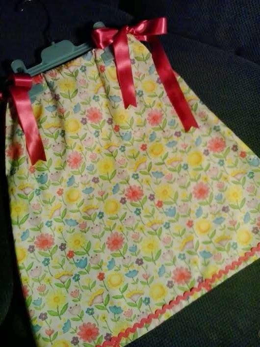 pillowcase dress de flores, con cintas de lazo de raso rosa y tripa de pollo rosa en el dobladillo