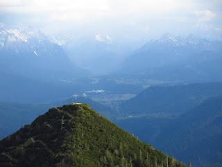 Der Martinskopf vor dem Karwendel; rechts die Arnspitzen