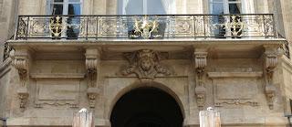 Balcon sur l'entrée du Palais Royal par la rue de Valois à Paris