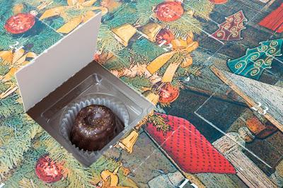 Hinter jedem Türchen eines Adventskalenders mit Pralinen verbirgt sich ein zauberhaftes Kunstwerk aus Schokolade.