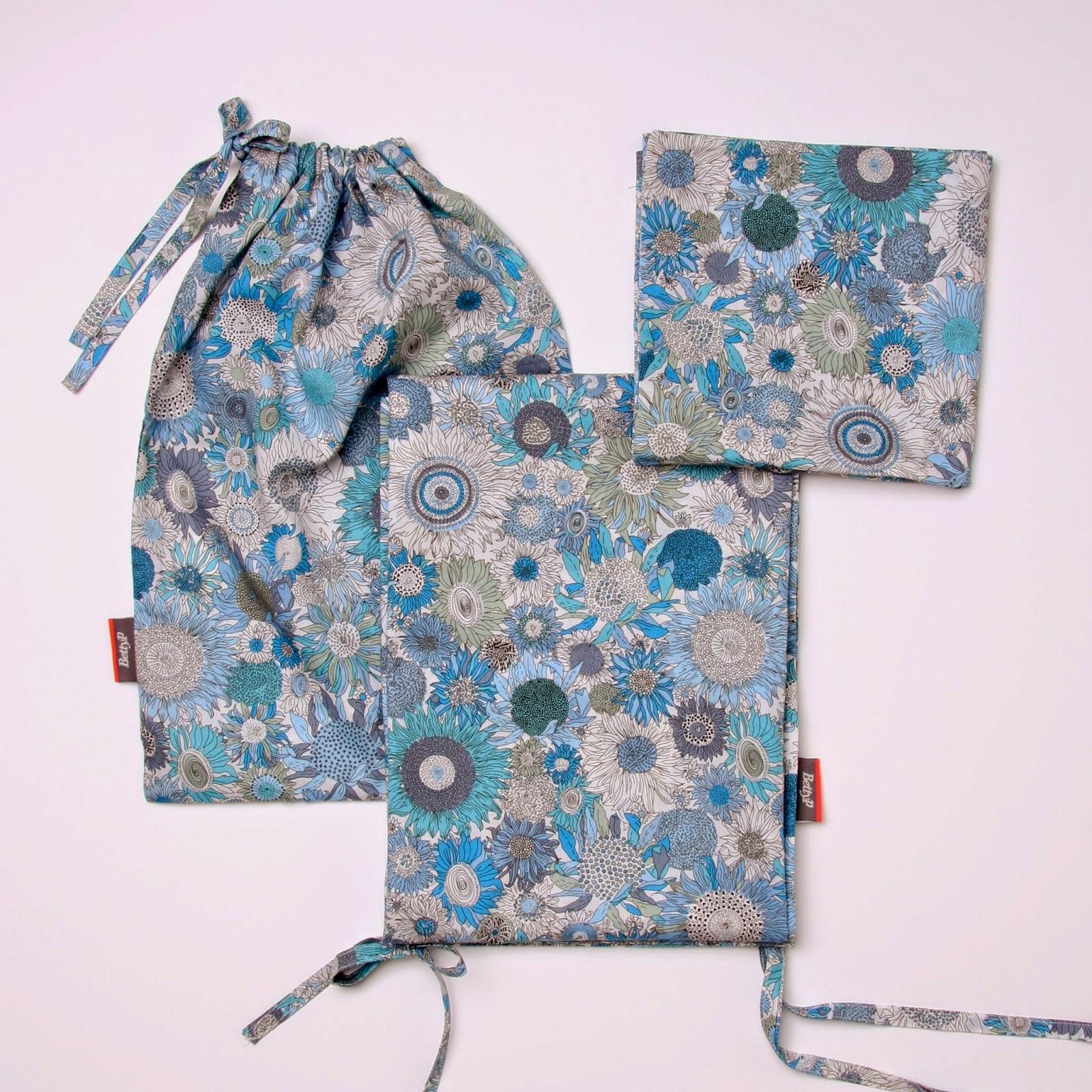Baby sengetøj i Liberty small Susanna i blå farver bestående af babydyne betræk, baby hovedpude betræk og syet pose.