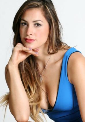 Foto de Milett Figueroa con cabello lacio y maquillaje mas suave