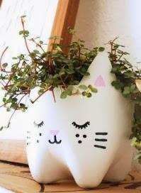 http://manualidadesreciclables.com/13020/macetero-de-gatito-con-una-botella-de-plastico