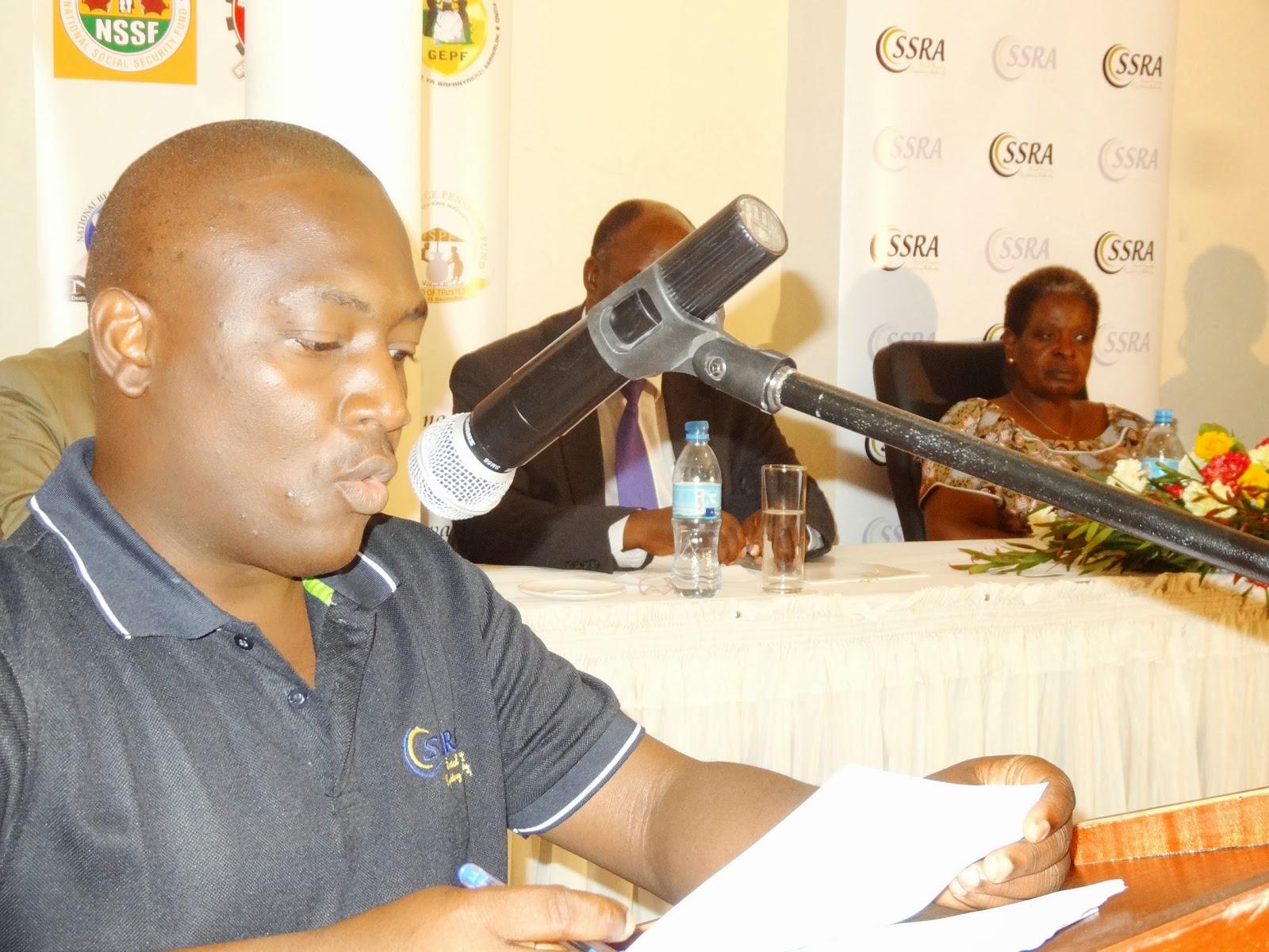 Mkuu wa SSRA, Bi. Irene Isaka, akimkabidhi Waziri wa Kazi na Ajira