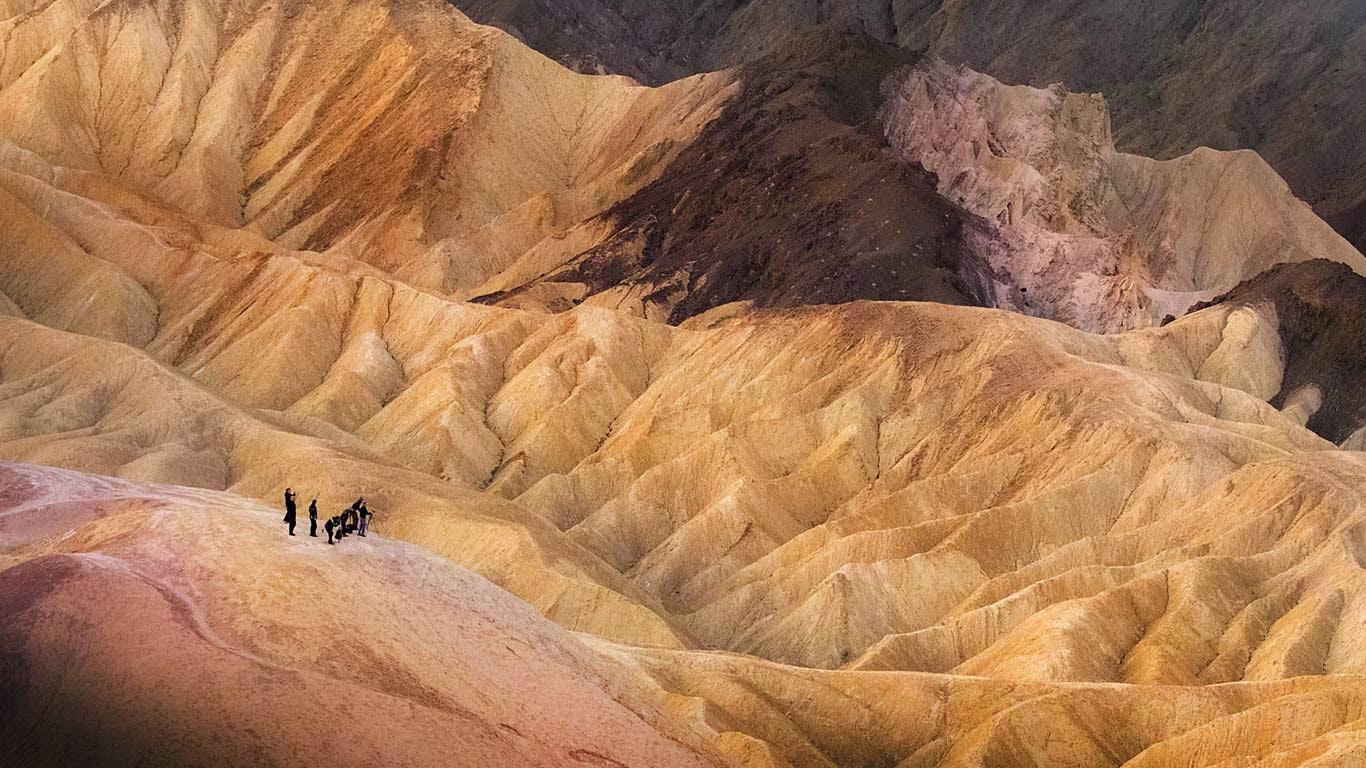 Visitors in Death Valley National Park, California (© David Hellard/Rex Features) 91