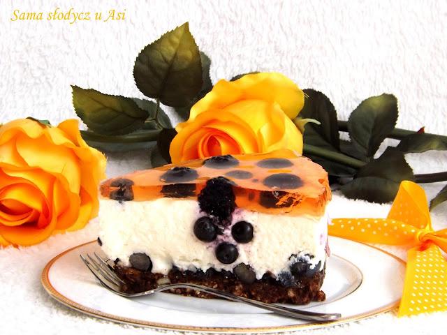 Sernik na zimno z borówkami , jeżynami i galaretką na ciasteczkowo -  czekoladowym spodzie .