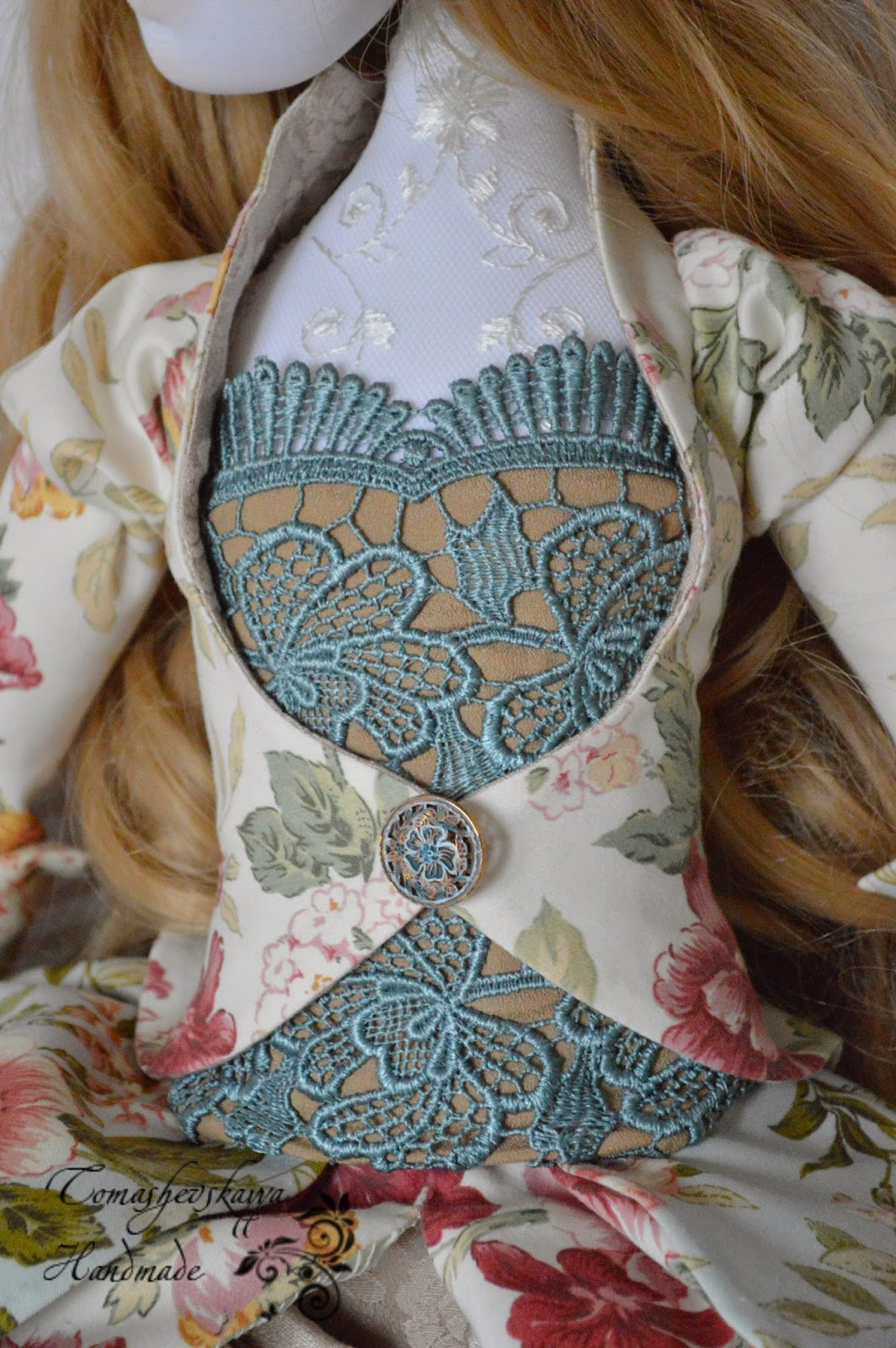 Кукла в красивом костюме