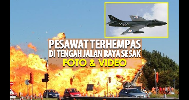 Pesawat Hawker Hunter terhempas di tengah jalan raya (Foto + Video)
