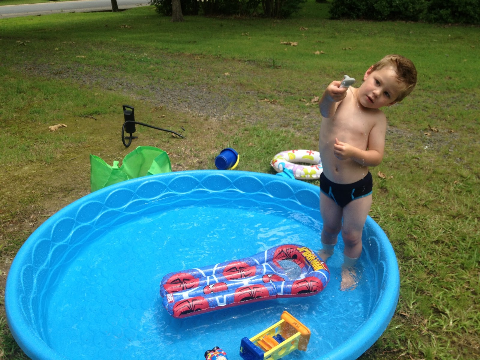 Katis Get Away...: kiddie pool backyard funkiddie