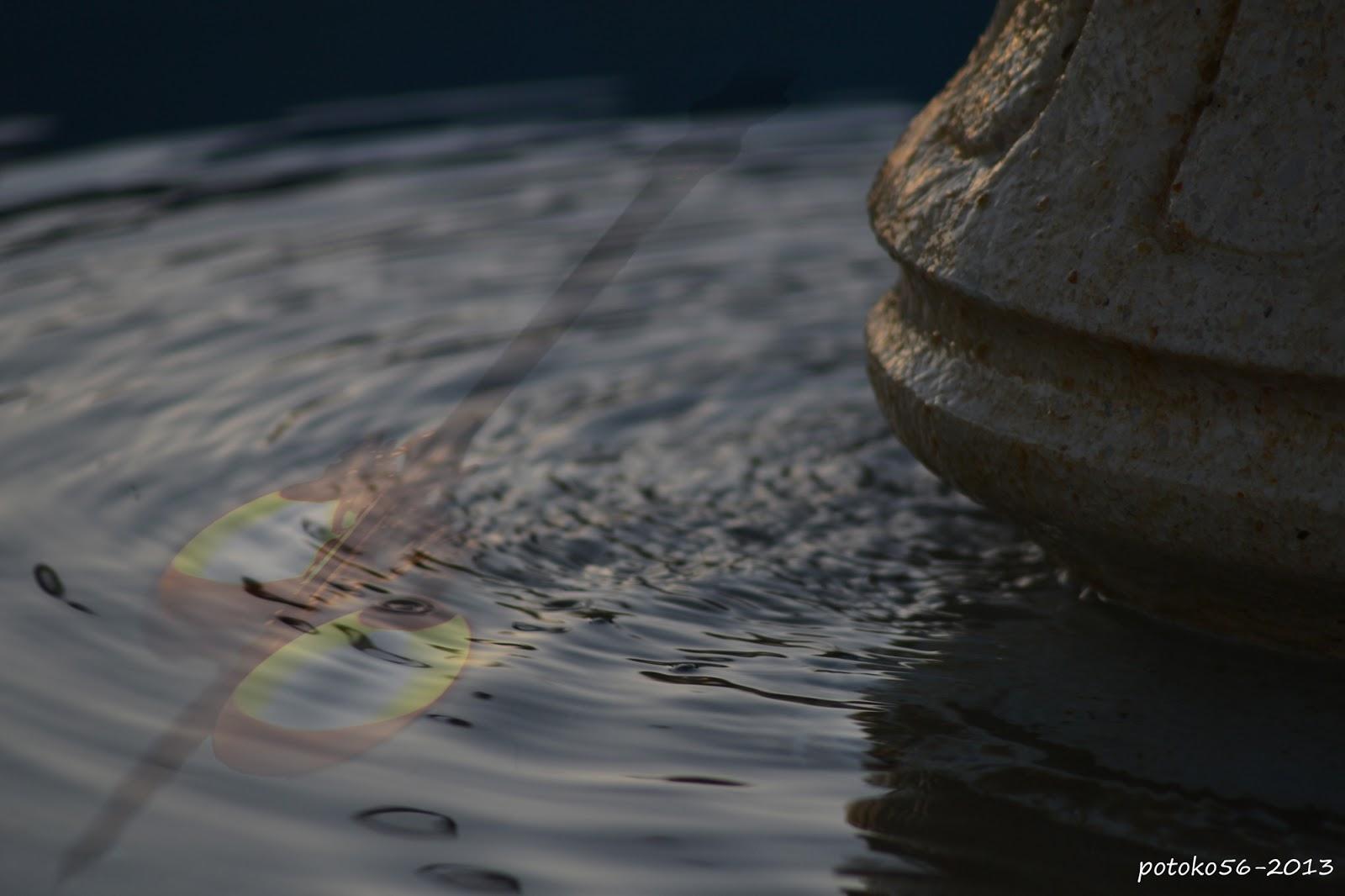 reflejo de una farola en la fuente