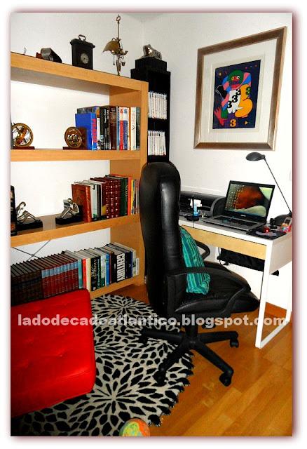 Imagem de um canto da sala transformado em Home Office