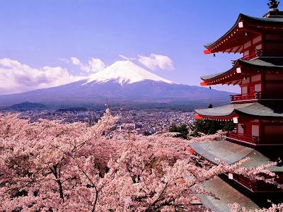 Keindahan Gunung Fuji yang diselimuti salju abadi serta bunga sakura pada saatmusim semi | Paket Promo Tour Wisata Muslim Ke Jepang