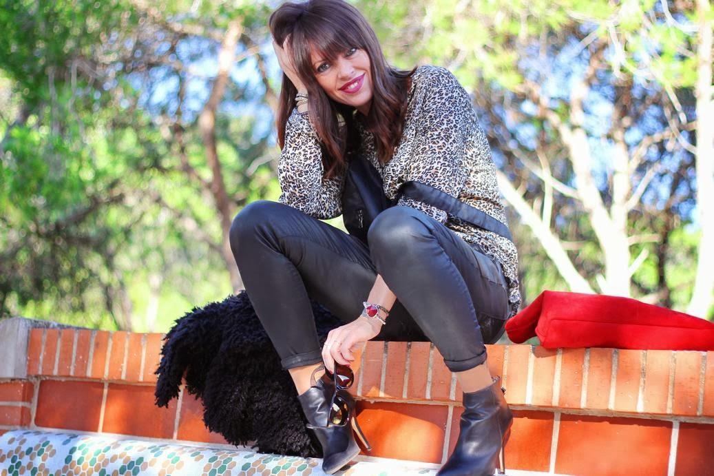 Botines negros- blusa leopardo- mono encerado