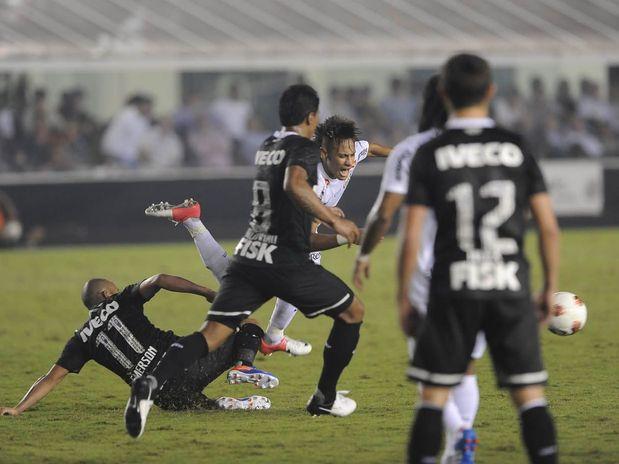 Confronto entre Neymar e Emerson pela Semi-final da Libertadores