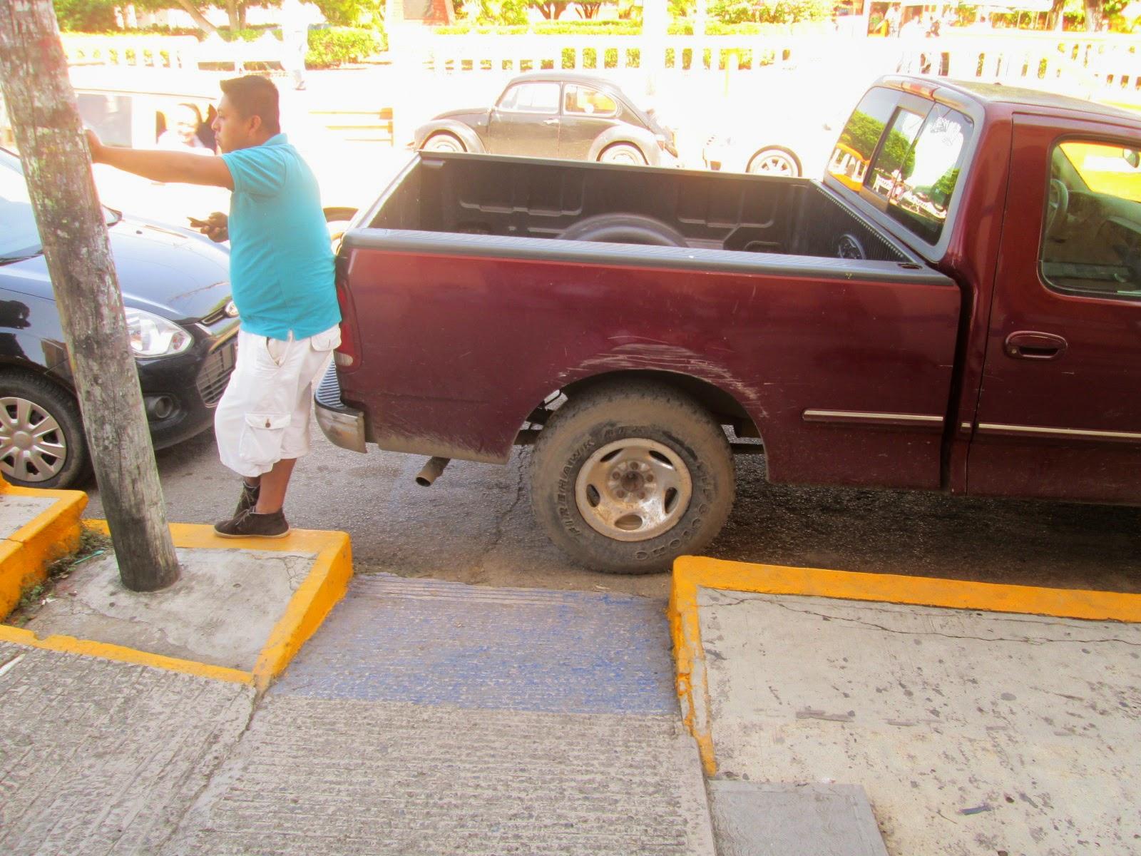 Tiempo de naranjos sucesos bloquean rampa de for Rampa de discapacitados
