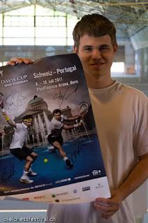 Echecs à Bienne : Le numéro un mondial Magnus Carlsen pratique le tennis © site officiel