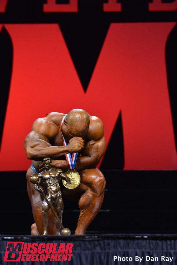 De joelhos, Phil Heath agradece a Deus pela quinta vitória consecutiva no Mr. Olympia. Foto: Dan Ray