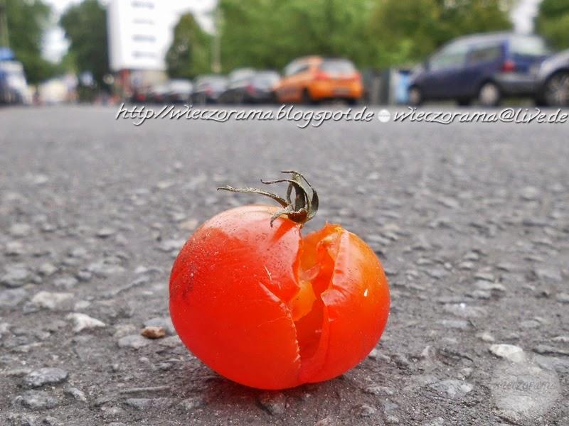Das Foto zeigt die Nahaufname einer geplatzte Tomate auf der Friedichstrasse liegen die ich aus der Bodenperspektive auch Cam Underfoot aufgenommen habe wodurch sich optische Tauschungen ergeben haben die am besten an den parkenden Autos zu sehen sind
