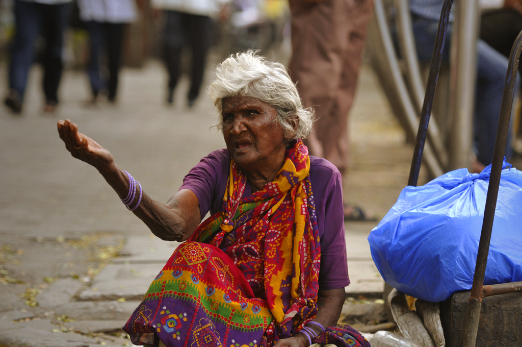 Photo of a woman begging in Mumbai