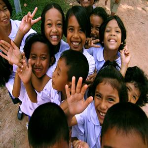 pessoas felizes iguais crianças