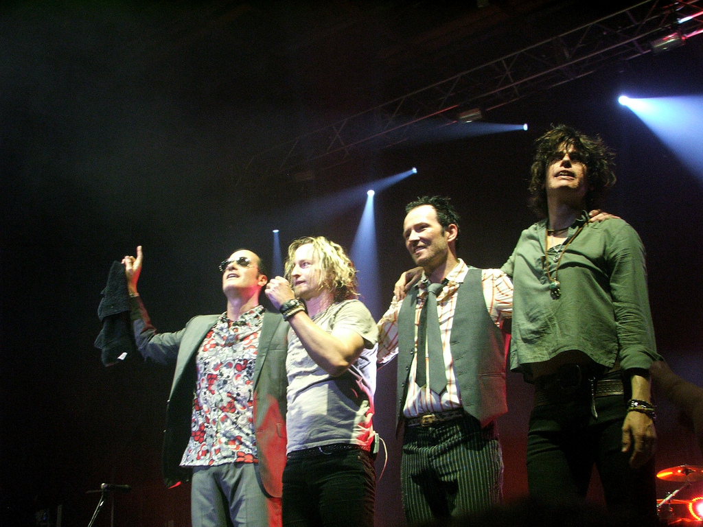 http://3.bp.blogspot.com/-rTmXG5rkBTY/Tbc5KF9R6VI/AAAAAAAABdU/rBiKrfQBi0Q/s1600/Stone_temple_pilots_lineup_on_stage.jpg