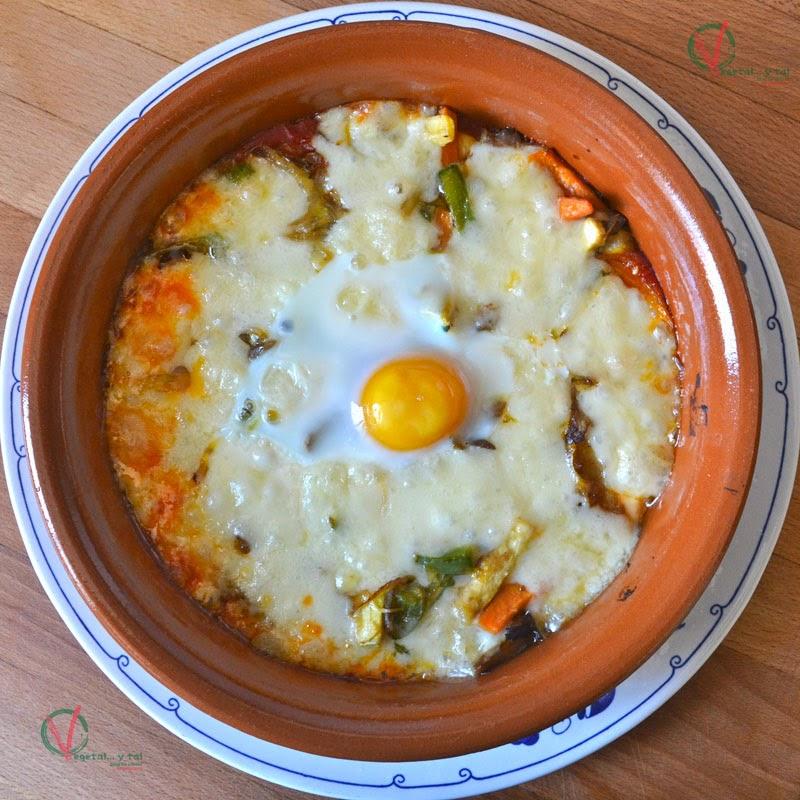 Huevos al plato con provolone y setas.