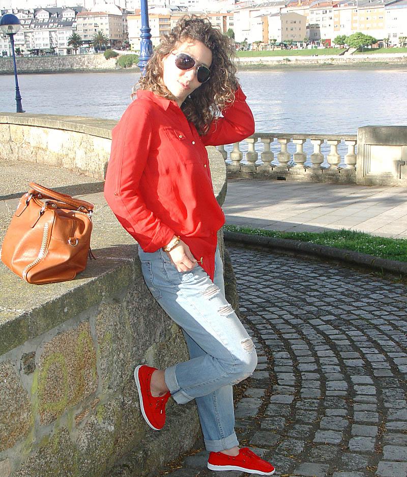 Vaqueros rotos con camisa roja-Ripped jeans and red shirt Visita www.forarealwoman.com  #moda #fashion #blogger