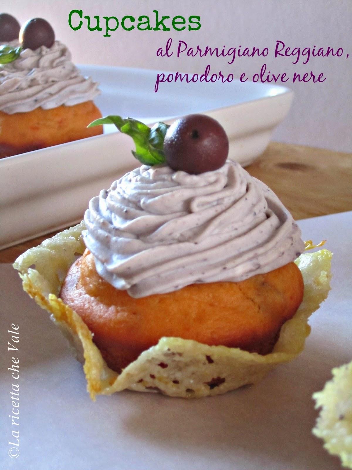 cupcakes al parmigiano reggiano, pomodoro e olive nere