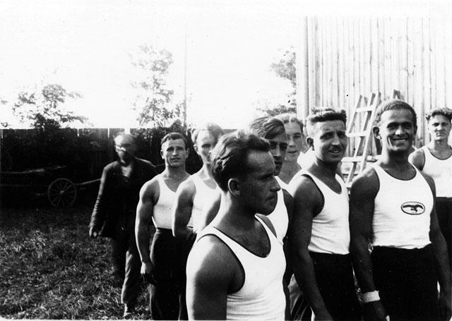 Końskie, przed popisami gimnastycznymi. Fotografia z początku lat trzydziestych XX wieku. Fot. z kolekcji KW