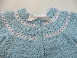 Abrigadita chaquetita para recién nacido a dos colores. Canesú