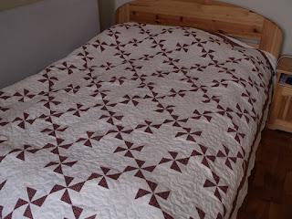 Bordó-fehér patchwork ágytakaró szélforgó blokkal franciaágyra