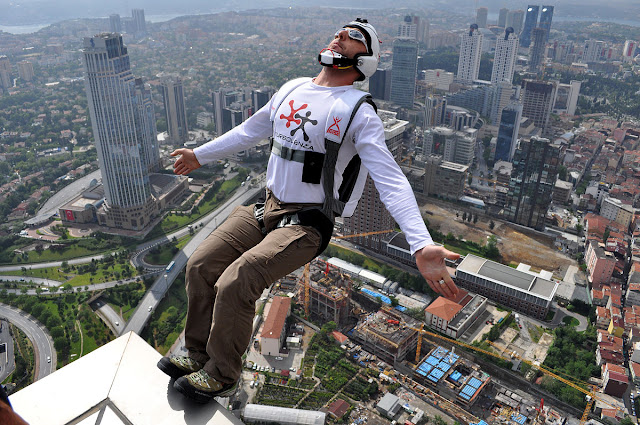http://3.bp.blogspot.com/-rVWyo7HVO6s/VYAgdvCY_BI/AAAAAAAAE0c/etEfbI1ztyQ/s640/1200px-BASE_Jumping_from_Sapphire_Tower_in_Istanbul.jpg