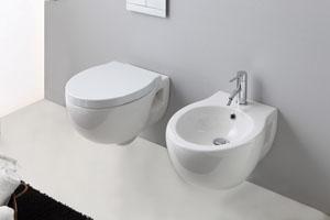 Trucchi per allargare il bagno arredamento facile - Mobiletti sospesi per bagno ...