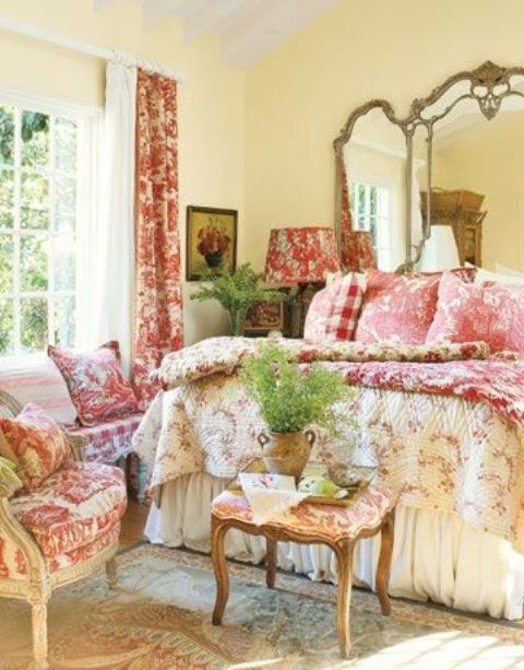 En una recámara estilo provenzal la cama debe ser simple y elegante