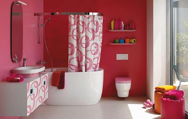 Baño General En Tina: tina de ducha estilo barril de color blanco con cortinas de proteccion