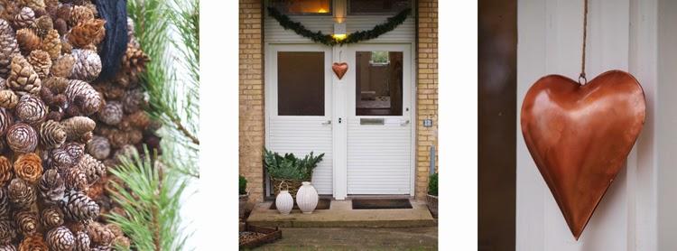 guirlande i gran pryder husets hoveddøre i julen