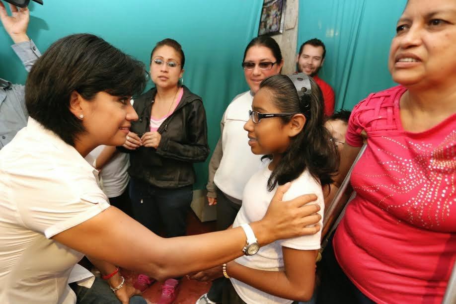 Elízabeth Morales entrega lentes a colonos de Xalapa
