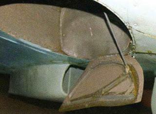 Ниша и внутренний щиток основной стойки шасси.