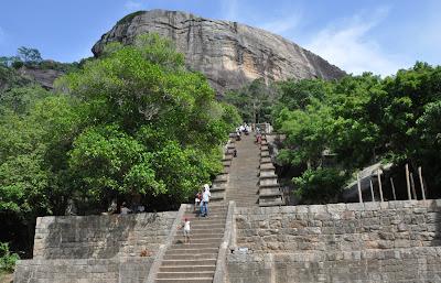 Япахува, двойник Сигирии, скала-близнец, лестница на вершину, древняя столица Ланки, первый храм Зуба Будды
