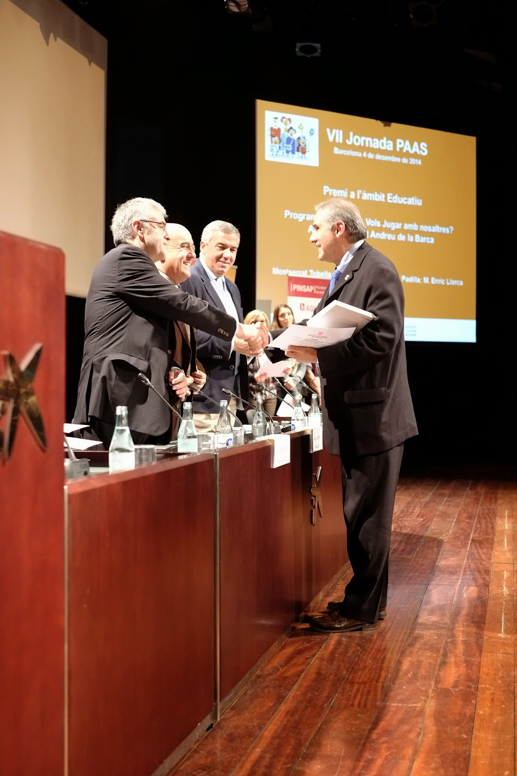 Enric Llorca recollint el premi al programa d'oci actiu de Sant Andreu de la Barca