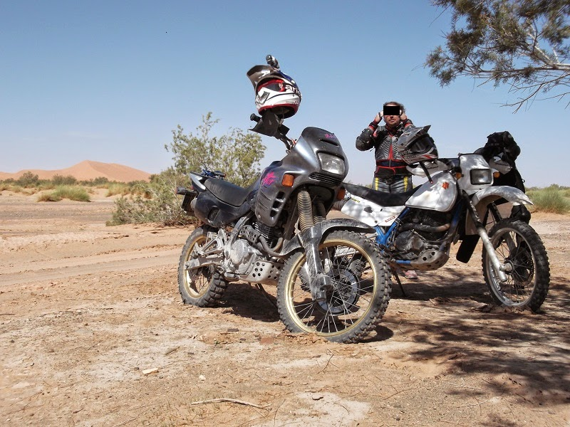 Con las motos por la arena
