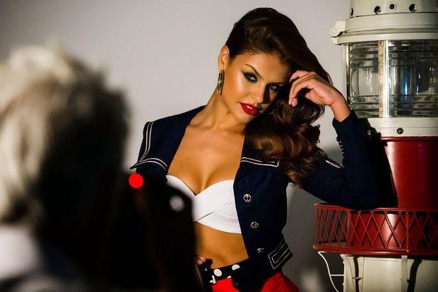 A atriz é a estrela da coleção Verão 2015 de grife de bolsas