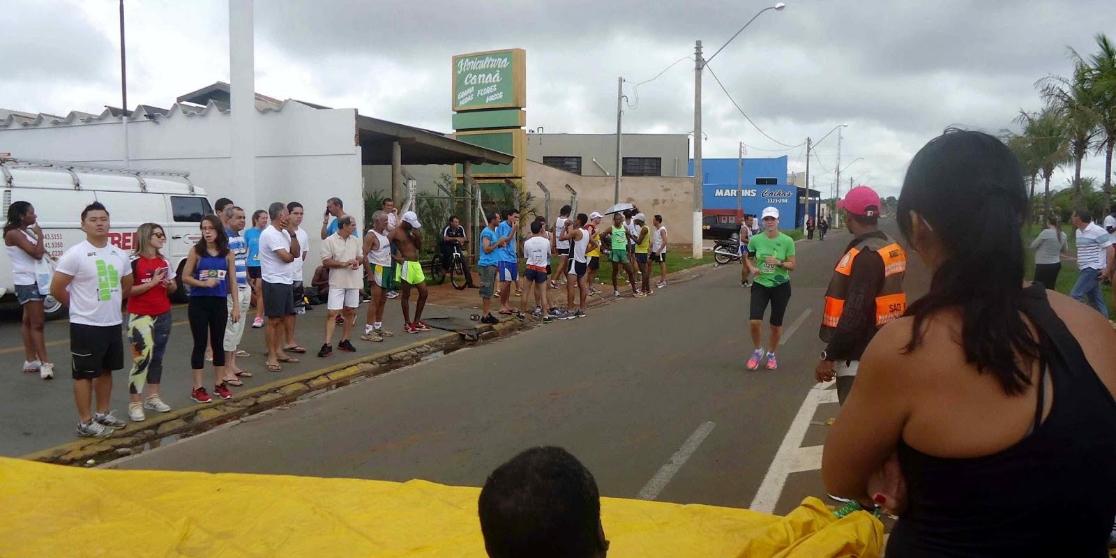 Foto 177 da 1ª Corrida Av. dos Coqueiros em Barretos-SP 14/04/2013 – Atletas cruzando a linha de chegada