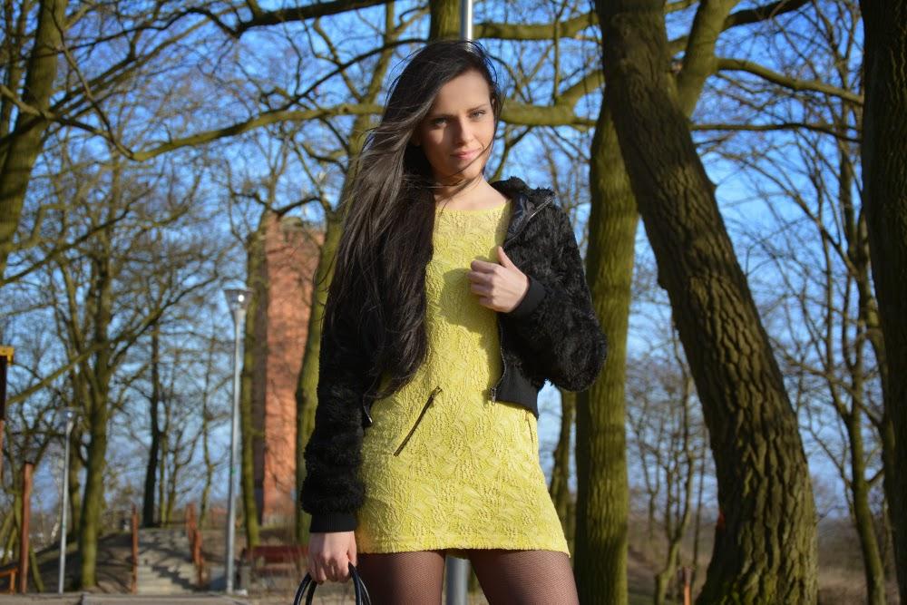 futrzak i zolta sukienka